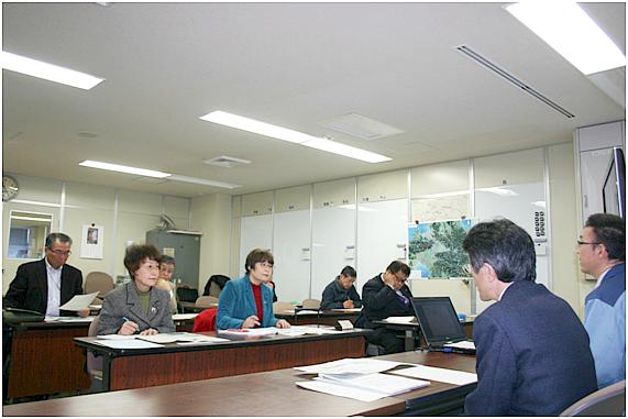 こちら向き、前列左から山口律子県議、高瀬菜穂子県議